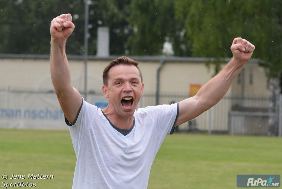 Trainer Christian Helmecke bejubelt den Sieg gegen Roitzsch Saison 2015/16