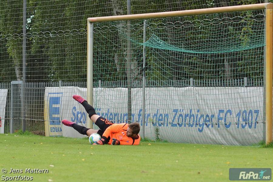 Ludwig Stieler pariert einen Elfmeter im Derby gegen Schortewitz Saison 2015/16